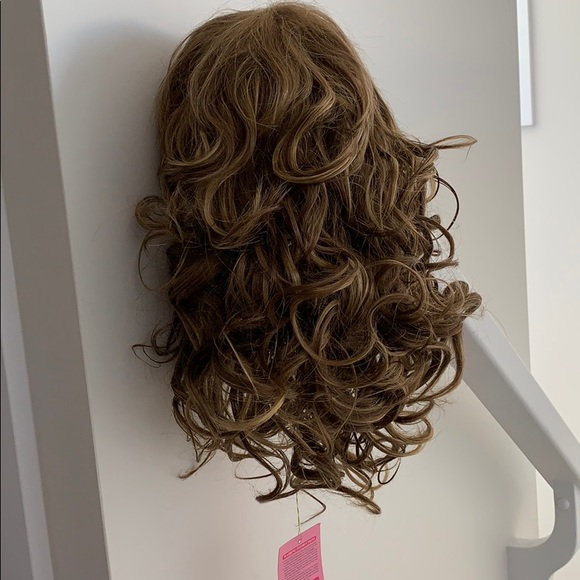 BNWT brown wavy wig with bangs